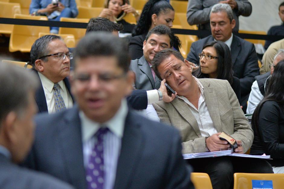 El sindicado Gustavo Alejos recibe una llamada telefónica previo al inicio de la audiencia. (Foto: