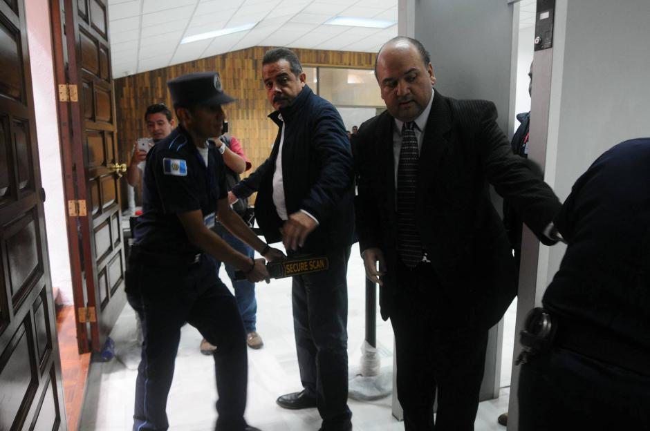 El banquero fue revisado a su ingreso a la audiencia frente al juez Miguel Ángel Gálvez. (Foto: Alejandro Balán/Soy502)
