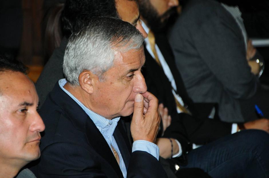 Previo al inicio de la audiencia, el exmandatario ya se encontraba leyendo. (Foto: Alejandro Balán/Soy502)