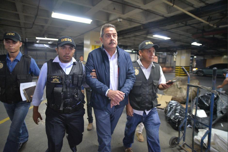 El expresidente de Banrural Fernando Peña sale de Tribunales engrilletado. (Foto: Wilder López/Soy502)