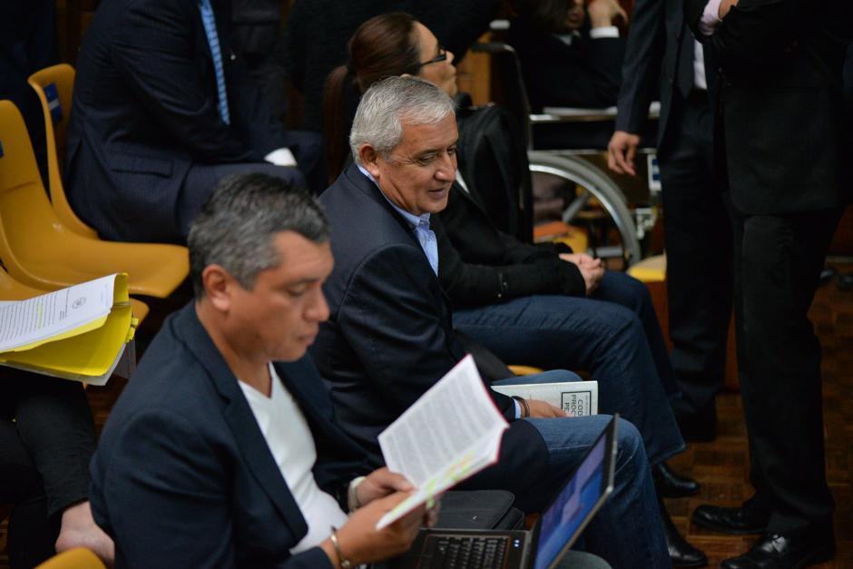 Gustavo Martínez lee al lado del expresidente Otto Pérez Molina. (Foto: Wilder López/Soy502)
