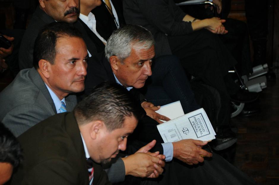 El expresidente Otto Pérez Molina lee el Código Procesal Penal durante audiencia. (Foto: Alejandro Balán/Soy502)