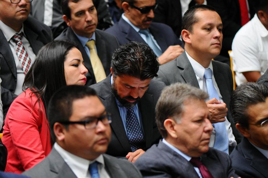 El sindicado Jonathan Chevez habla con su abogada durante audiencia por caso Cooptación del Estado. (Foto: Alejandro Balán/Soy502)