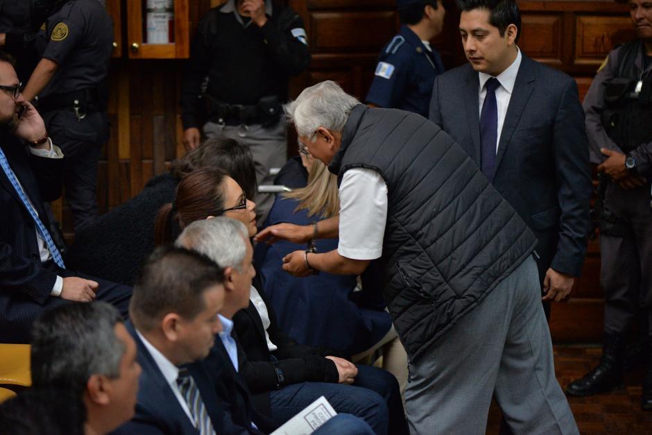 Barrientos también saludó a otros implicados en el caso Cooptación del Estado. (Foto: Wilder López/Soy502)
