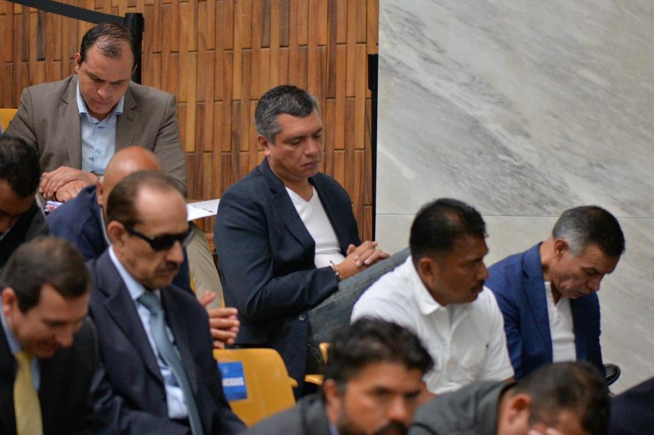 """El exsecretario privado de Otto Pérez Molina, Gustavo Martínez """"duerme"""" antes de la audiencia. (Foto: Wilder López/Soy502)"""