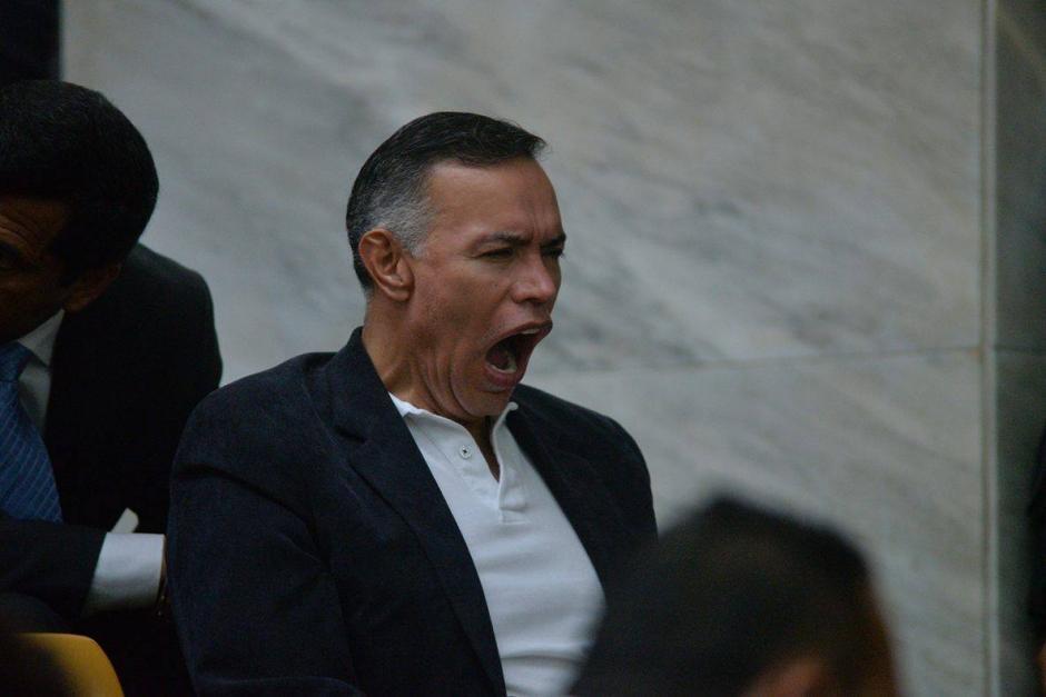 Juan de Dios Rodríguez lanza un sonoro bostezo previo a la audiencia. (Foto: Wilder López/Soy502)