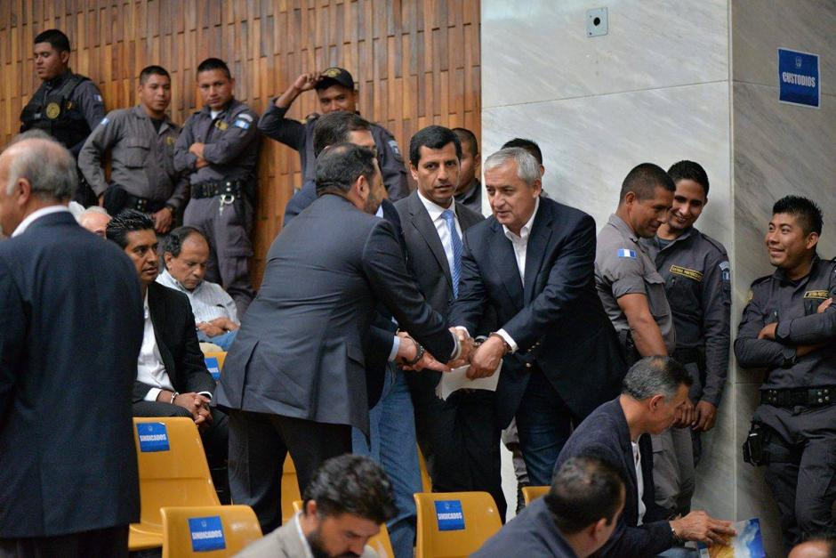 El expresidente Pérez Molina saluda al exministro de Gobernación Mauricio López Bonilla. (Foto: Wilder López/Soy502)