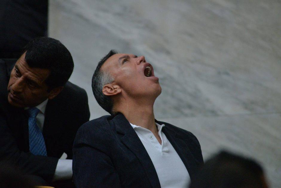 Juan de Dios dirige su mirada hacia el techo y toma aire para bostezar. (Foto: Wilder López/Soy502)