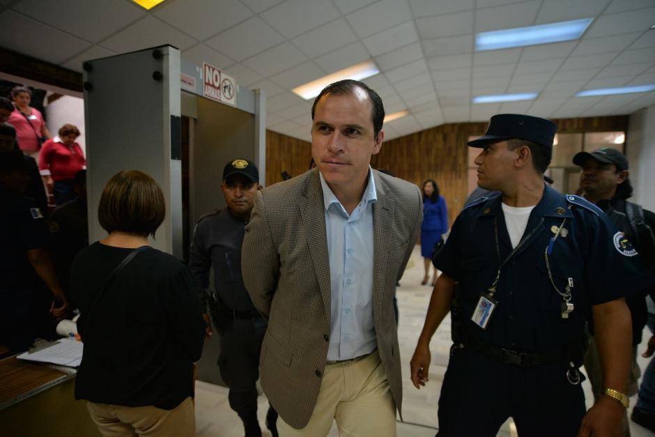 El exministro de Cultura y Deporte Dwight Pezzarossi a su salida de la audiencia de primera declaración por el caso Cooptación del Estado.  (Foto: Wilder López/Soy502)