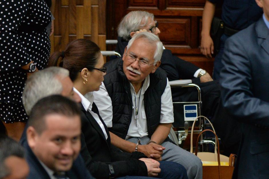 Edin Barrientos, miembro de la junta directiva de Banrural, saluda a la exvicemandataria Roxana Baldetti. (Foto: Wilder López/Soy502)