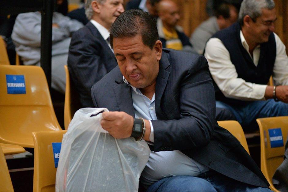 Gustavo Alejos, busca algo en una bolsa con documentos. (Foto: Wilder López/Soy502)