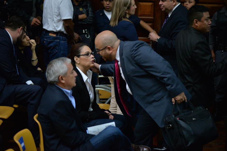 La exvicepresidenta Roxana Baldetti saluda a otros presentes en la sala en la que se realizará la audiencia. (Foto: Wilder López/Soy502)