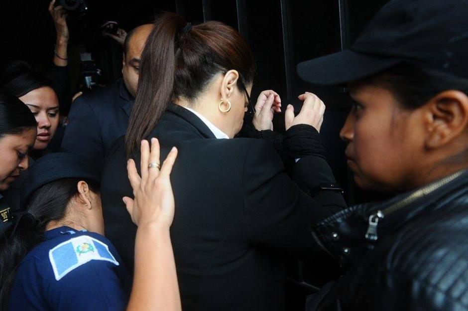 La exvicepresidenta Roxana Baldetti es revisada previo a su ingreso a la Sala en la que se realizará la audiencia.  (Foto: Wilder López/Soy502)