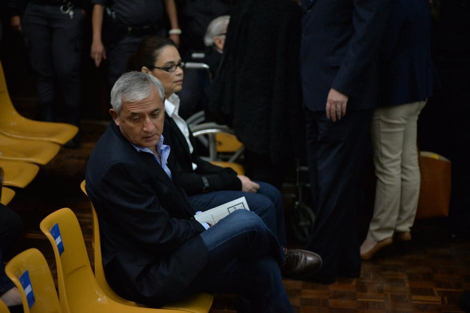 El expresidente Otto Pérez Molina espera el inicio de la audiencia al lado de la exvicemandataria Roxana Baldetti.  (Foto: Wilder López/Soy502)
