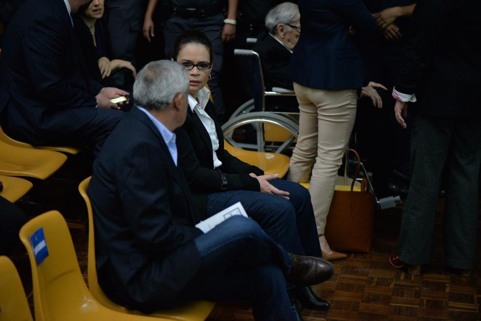 La exvicemandataria Roxana Baldetti habla con el expresidente Otto Pérez Molina. (Foto: Wilder López/Soy502)