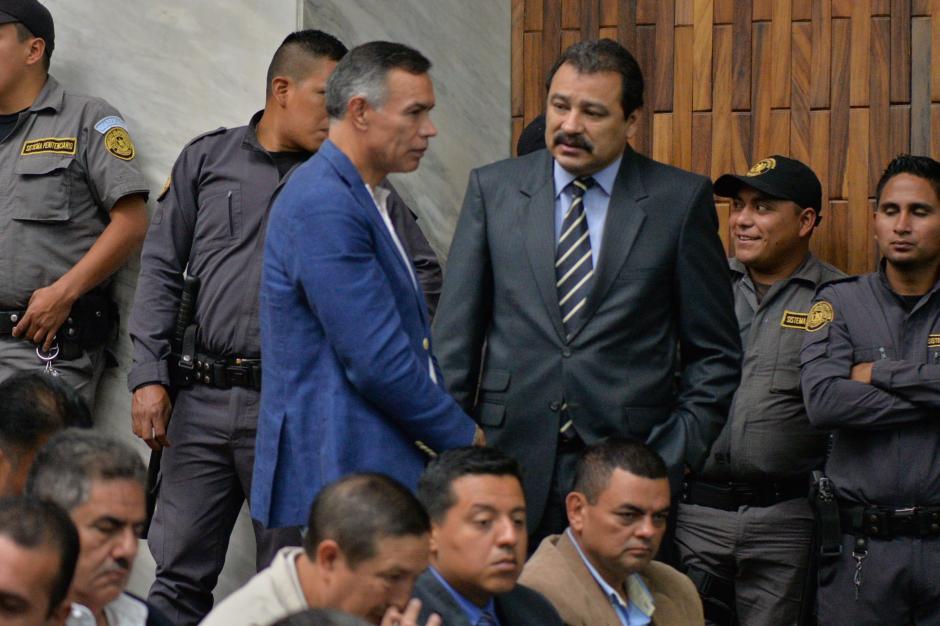 El expresidente del IGSS Juan de Dios Rodríguez habla con el abogado César Calderón. (Foto: Wilder López/Soy502)