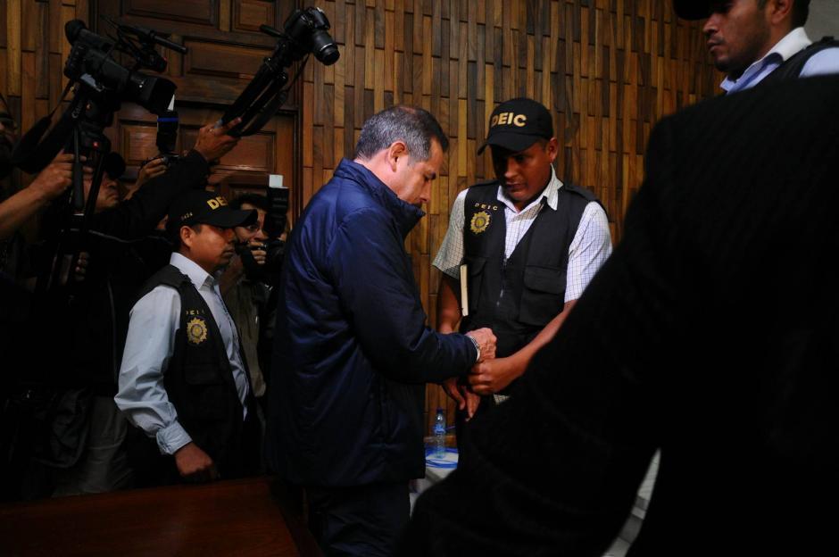 Agentes de la PNC colocan los grilletes a Fernando Peña, expresidente de Banrural. (Foto: Alejandro Balán/Soy502)
