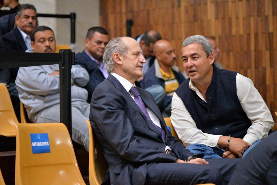 El exdiputado del PP, Marvin Díaz, conversa con Flavio Montenegro. (Foto: Wilder López/Soy502)