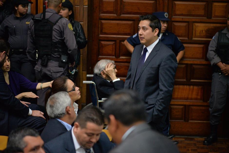 La exvicepresidenta Roxana Baldetti habla con Mario Cano su exabogado defensor. (Foto: Wilder López/Soy502)