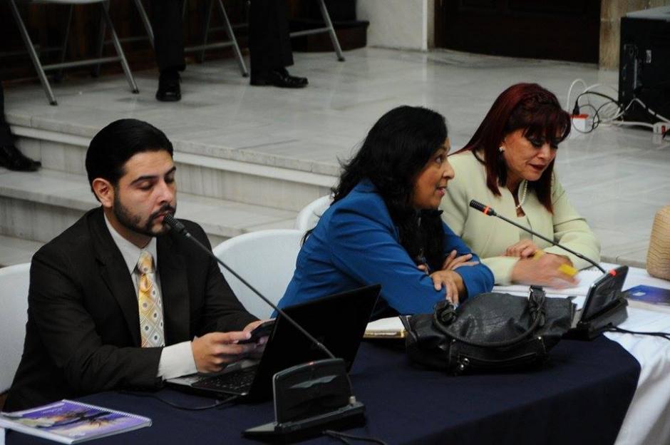 Abogada Defensora pide que se les deje ingresar dulces a la Sala de Vistas de la CSJ. (Foto: Alejandro Balán/Soy502)
