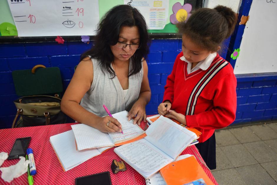 Los maestros se convierten en amigos y confidentes de los niños durante su formación como ciudadanos. (Foto: Archivo/Soy502)