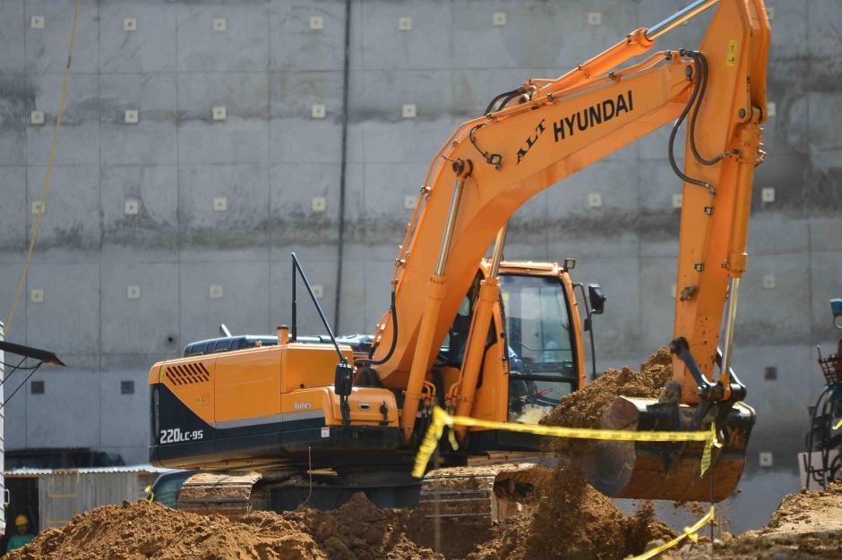 Al menos 15 vehículos pesados trabajan a pocos metros de donde se registró el derrumbe. (Foto: Jesús Alfonso/Soy502)