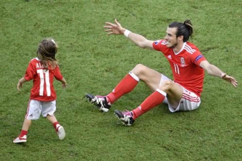 Gareth Bale celebra con la pequeña Alba (AFP)