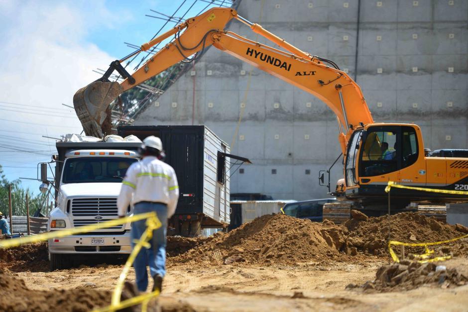 A menos de 100 metros del derrumbe se utiliza maquinaria pesada. (Foto: Jesús Alfonso/Soy502)