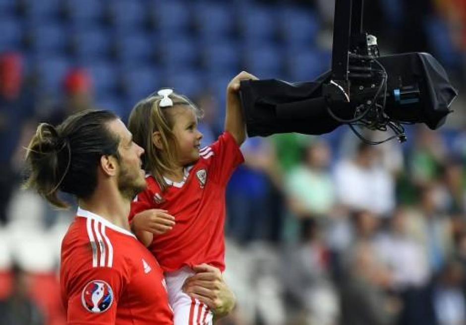 La niña se la pasó más que bien en el campo (AFP)
