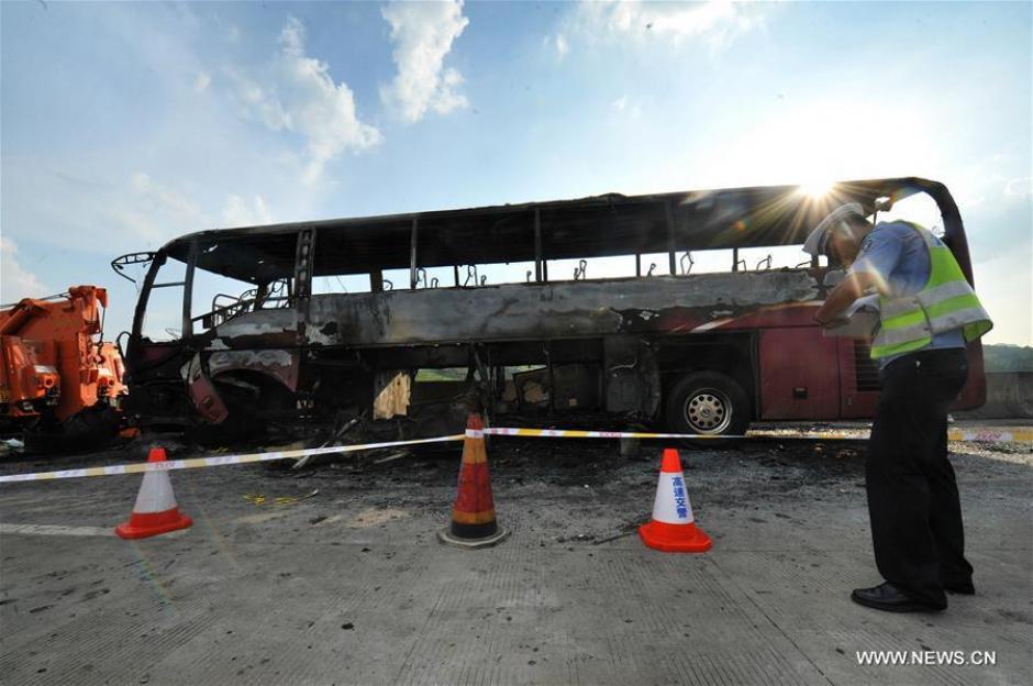 Cerca de 30 personas no pudieron escapar a tiempo del bus y fallecieron calcinadas. (Foto: Xinhua/Long Hongtao)