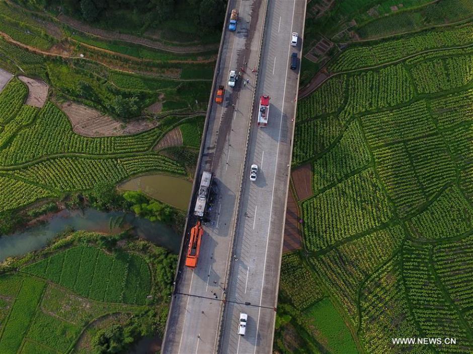 La ruta donde ocurrió el accidente fue cerrada mientras se trataba de apagar el fuego. (Foto: Xinhua/Long Hongtao)