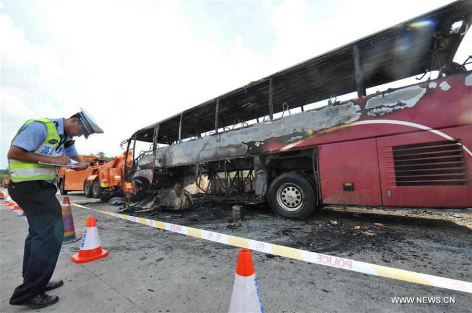 Los cuerpos de socorro llegaron para atender la emergencia que consumió en su totalidad al bus. (Foto: Xinhua/Long Hongtao)