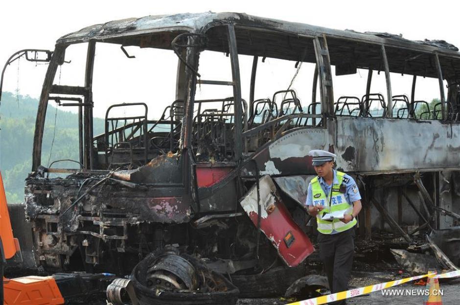 El accidente provocó una fuga de aceite en el autobús, provocando el incendio. (Foto: Xinhua/Long Hongtao)