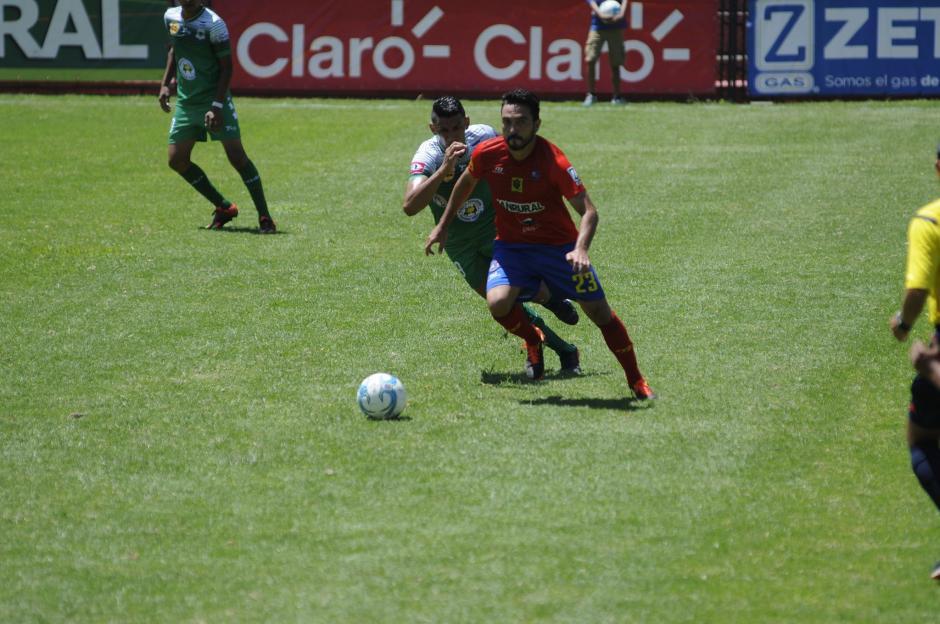 El partido fue intenso a pesar de tratarse de un amistoso. (Foto: Pedro Pablo Mijangos/Soy502)