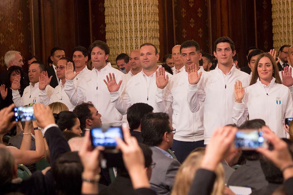 Los deportistas al momento de la juramentación. (Foto: Alejandro Balán/Soy502)