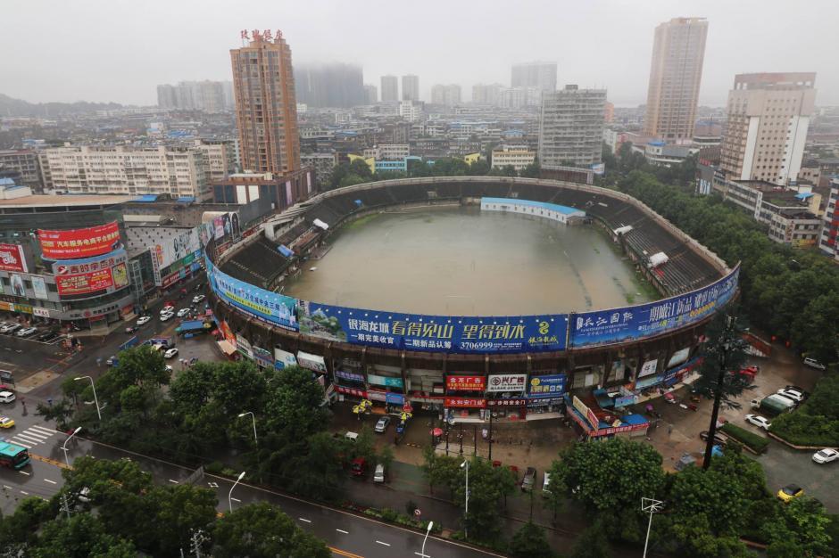 Las lluvias han inundado en estadio de futbol de Zhou en China.  (Foto: CCNTV)