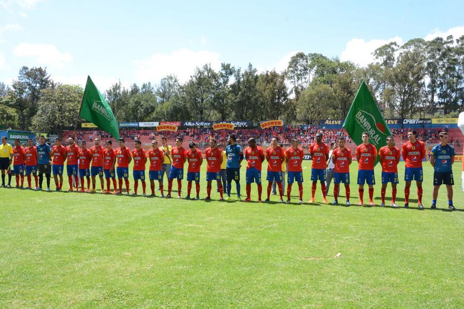 Así posaron los jugadores antes del inicio del partido. (Foto: Pedro Pablo Mijangos/Soy502)