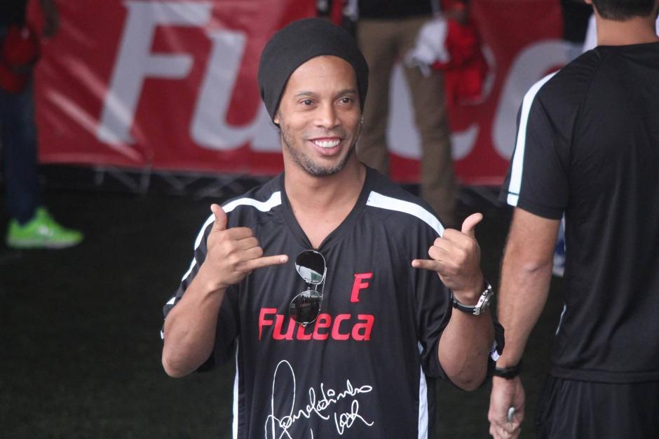 El clásico saludo de Ronaldinho.  (Foto: Alejandro Balán/Soy502)