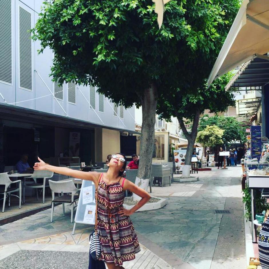 En diversas localidades de Grecia, Mobin, posó como abrazando el vacío, simulando que abrazaba a su esposo ausente. (Foto: Huma Mobin)