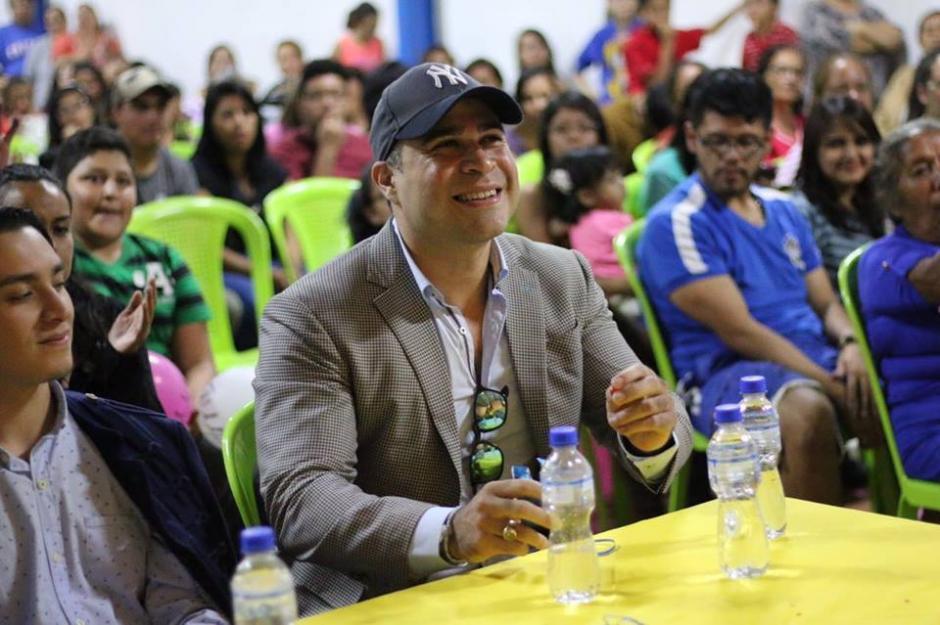 El alcalde Neto Bran anunció que viajará a Cuba para buscar cura contra el vitíligo. (Foto: Facebook/Neto Bran)