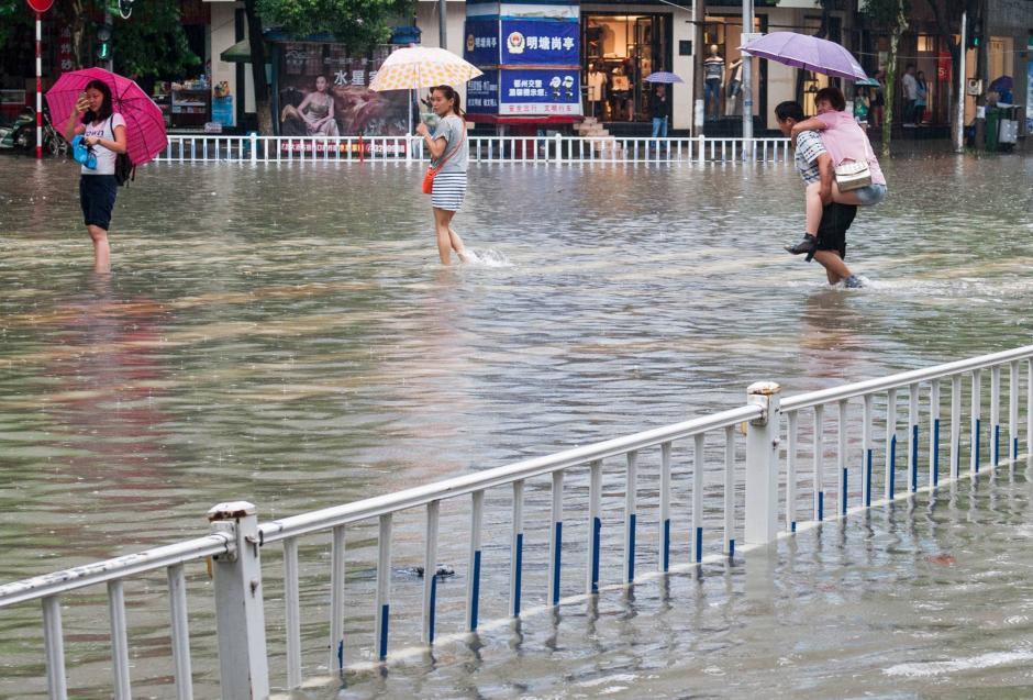 Pese a las lluvias el movimiento de personas no se detiene.  (Foto: CCNTV)