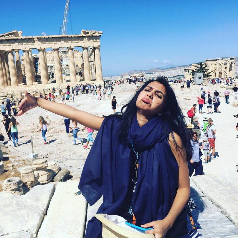 Con el Partenón de fondo, Huma Mobin posa simulando abrazar a su esposo que no pudo viajar. (Foto:  Huma Mobin)