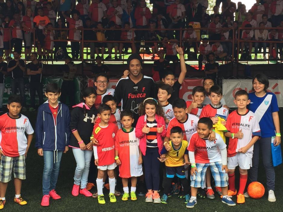 Ronaldinho posa con varios niños en Futeca. (Foto: Alejandro Balán/Soy502)