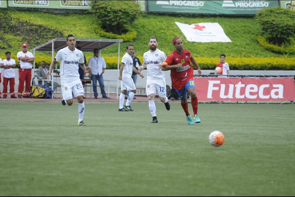 """Ronaldinho fue parte del """"Clásico de la Alegría"""" y jugó medio tiempo para Municipal. (Foto: Soy502)"""