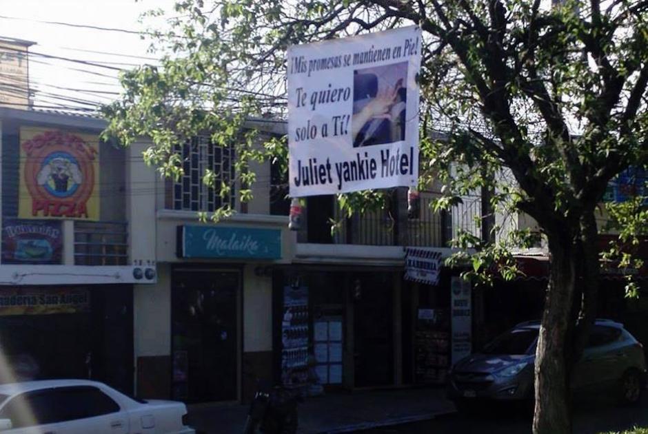La manta fue colocada en el bulevar principal de la colonia San Ángel en la zona 6. (Foto: Cortesía de Isaac Ramírez)