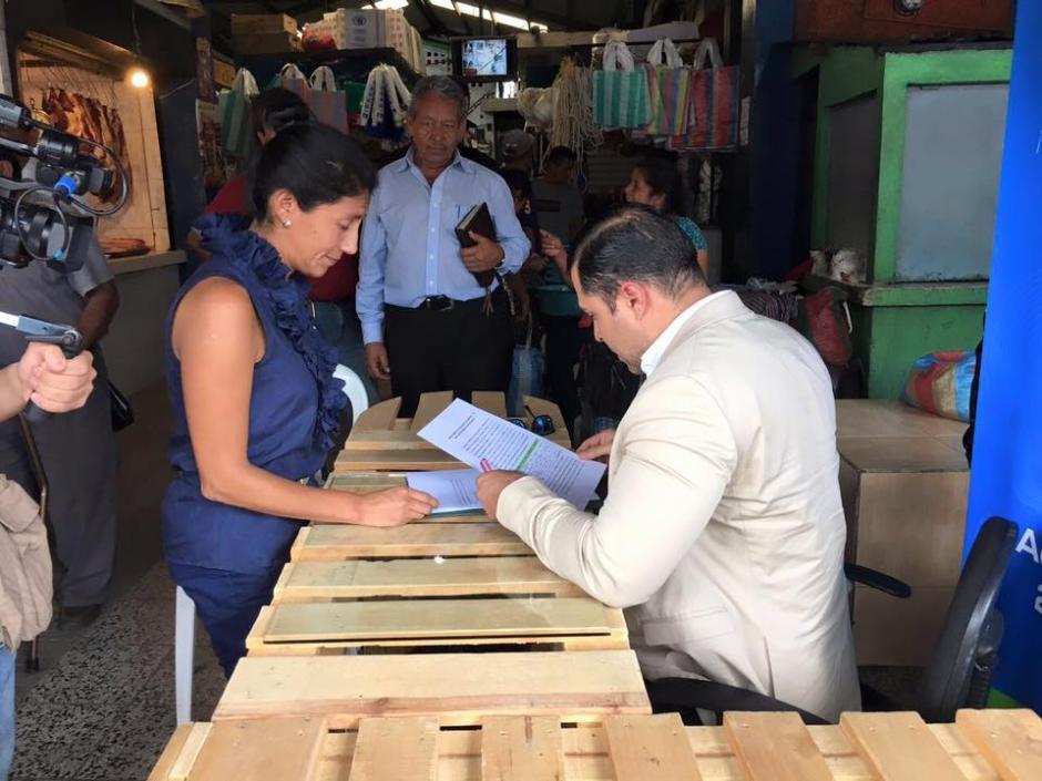 El alcalde de Mixco, Neto Bran, afirma que compra enseres para la comuna con el dinero de su salario. (Foto: Facebook/Neto Bran)