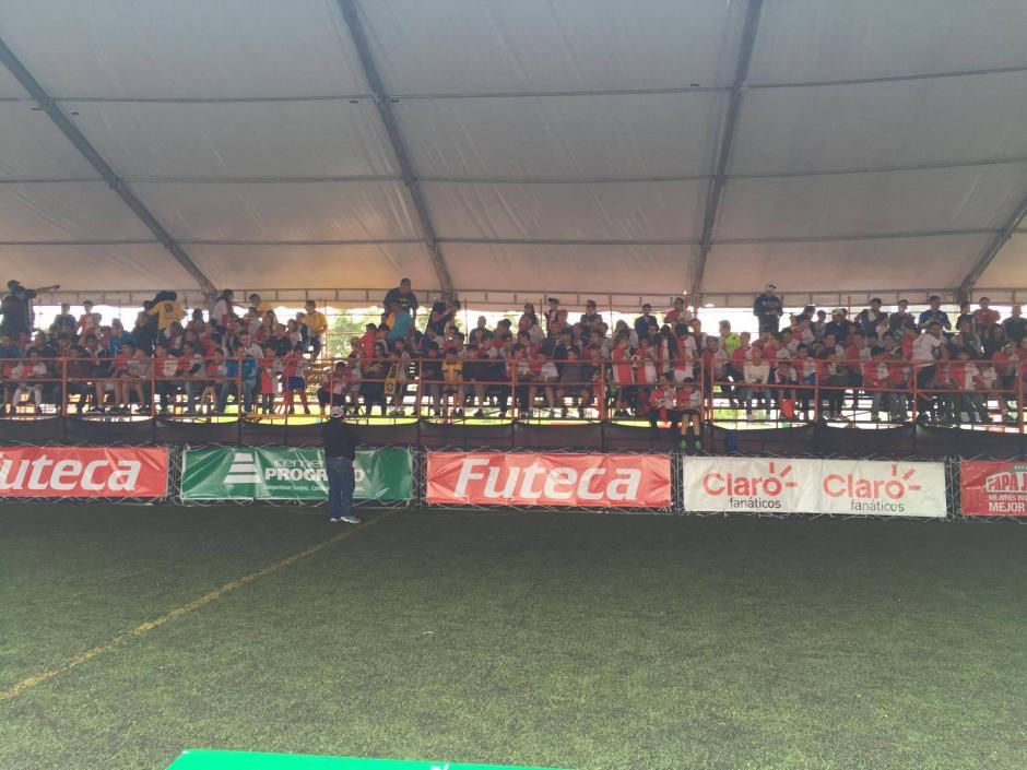 La cancha de fútbol 5 donde se presentó Dinho.  (Foto: Alejandro Balán/Soy502)