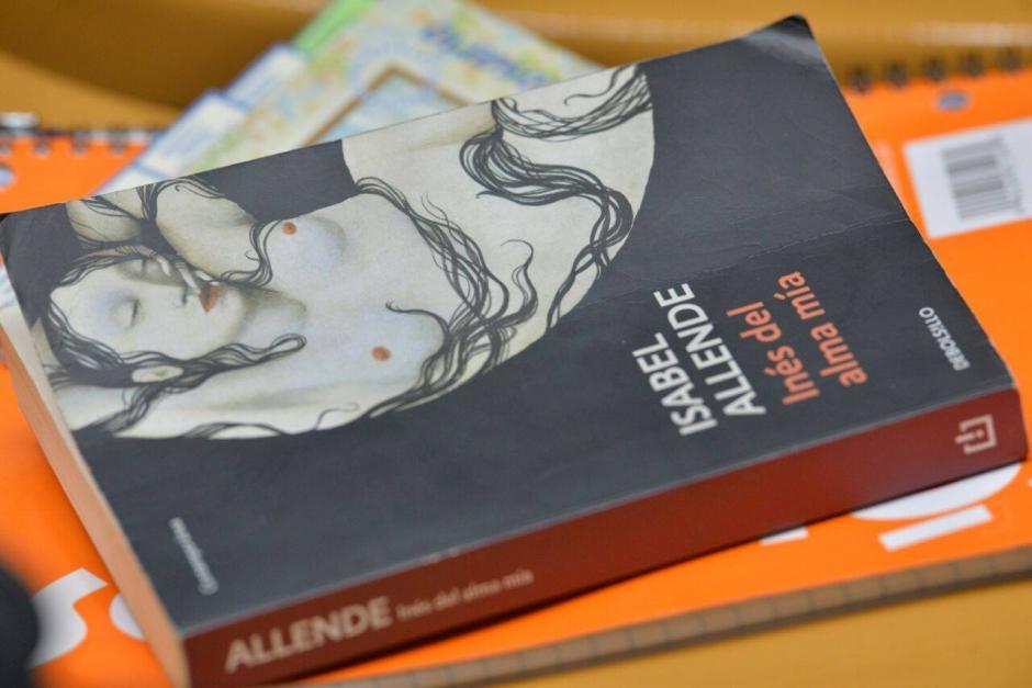 """El libro """"Inés del Alma mía"""" de Isabel Allende también ha estado presente en las audiencias.  (Foto: Archivo/Soy502)"""