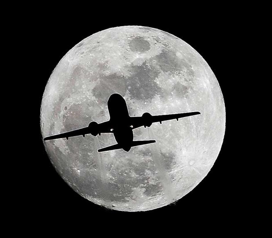 La silueta de un avión se pierde en la luna llena en Los Angeles, California. (FotoCuartoscuro / Reuters y AP)