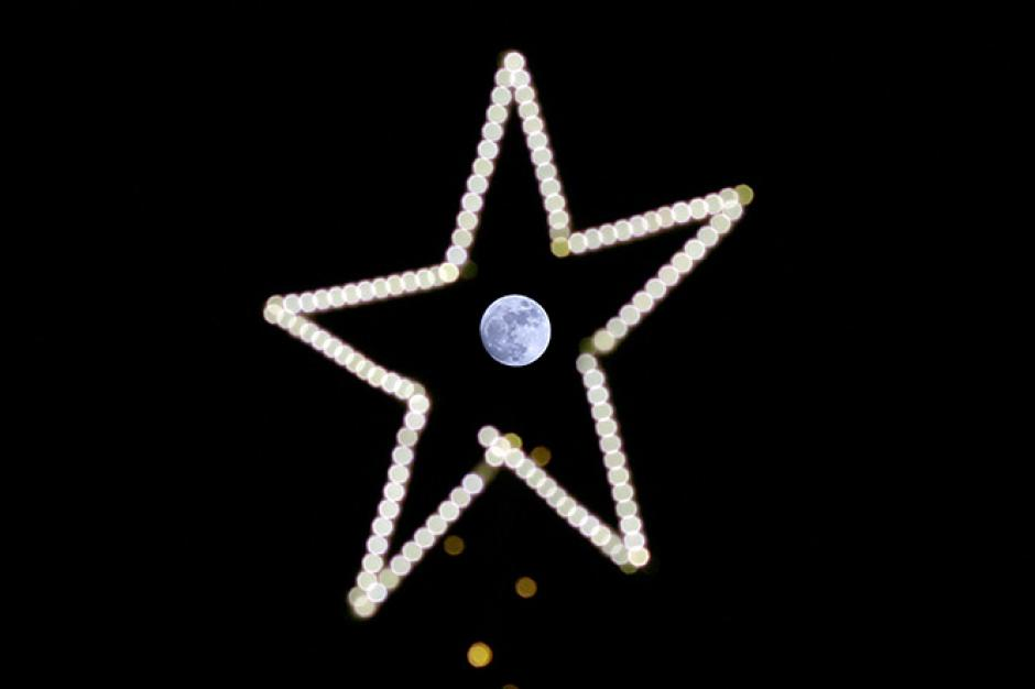 La luna se observa en el centro de una estrella en Beirut, Líbano. (Foto Cuartoscuro / Reuters y AP)